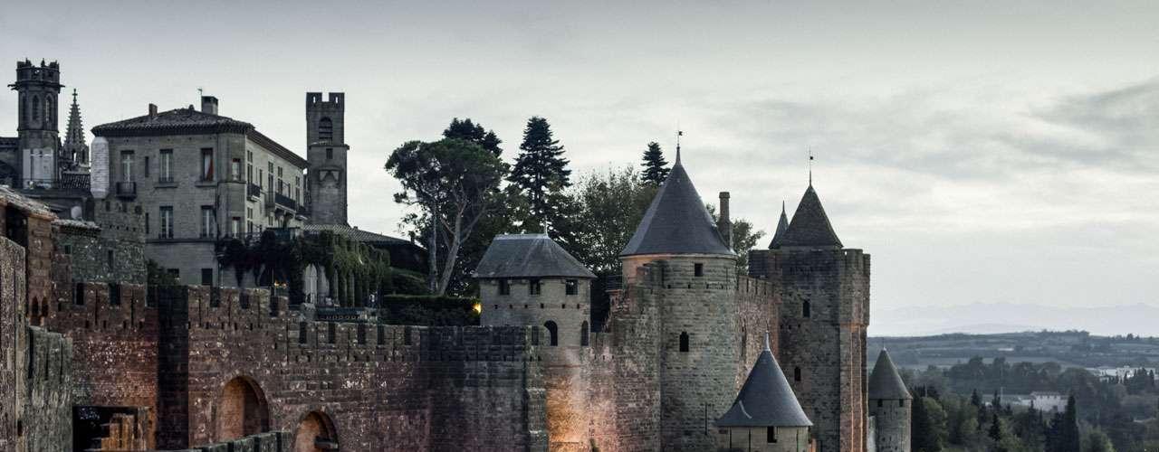Hôtel de la Cité, França O Hôtel de la Cité é o único dentro dos limites da antiga cidade medieval amuralhada de Carcassonne, no sul da França. Tem piscina e um rstaurante estrelado pelo guia Michelin.Diárias a partir de R$ 930