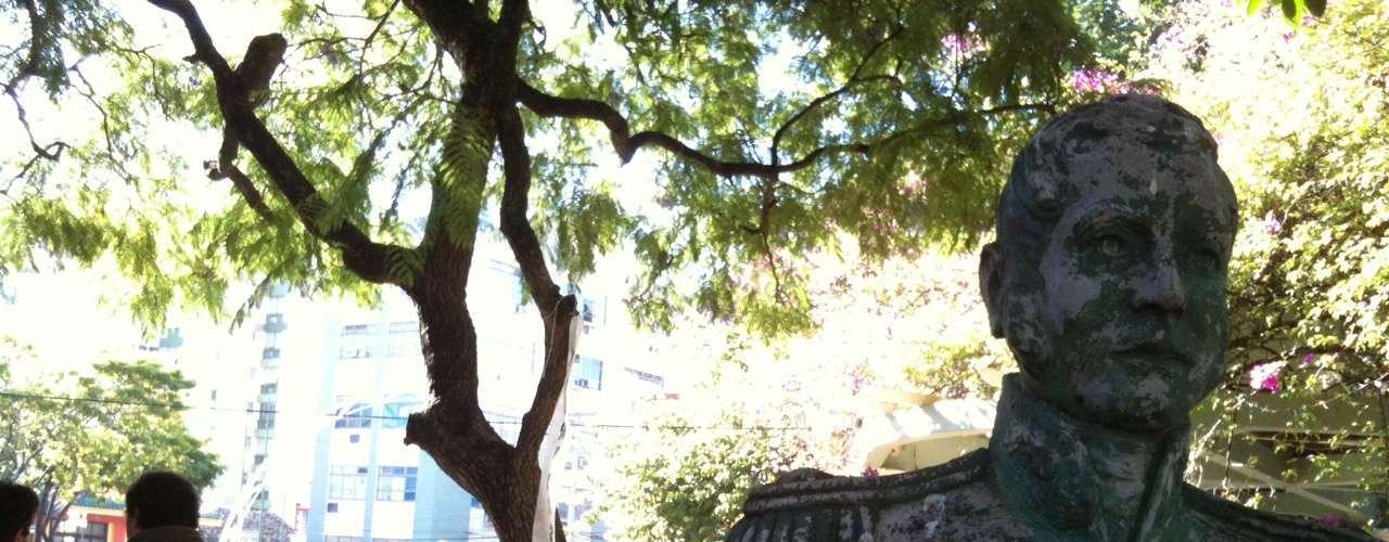 27 de fevereiro Estátua exibe um dos corações colados em vários locais de Santa Maria. Pequenos corações foram distribuídos por pontos da cidade na última madrugada, um mês depois do incêndio que matou mais de 230 pessoas