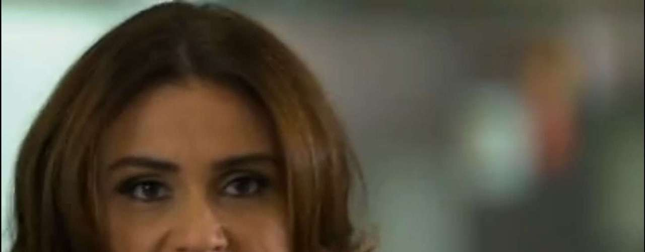 Helô (Giovanna Antonelli) avista Wanda (Totia Meirelles) no shopping e corre atrás dela com a arma apontada