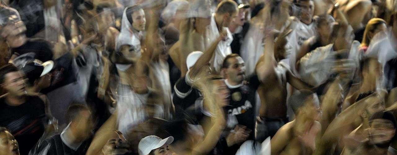 Torcedores do Corinthians fazem festa em quadra de organizada