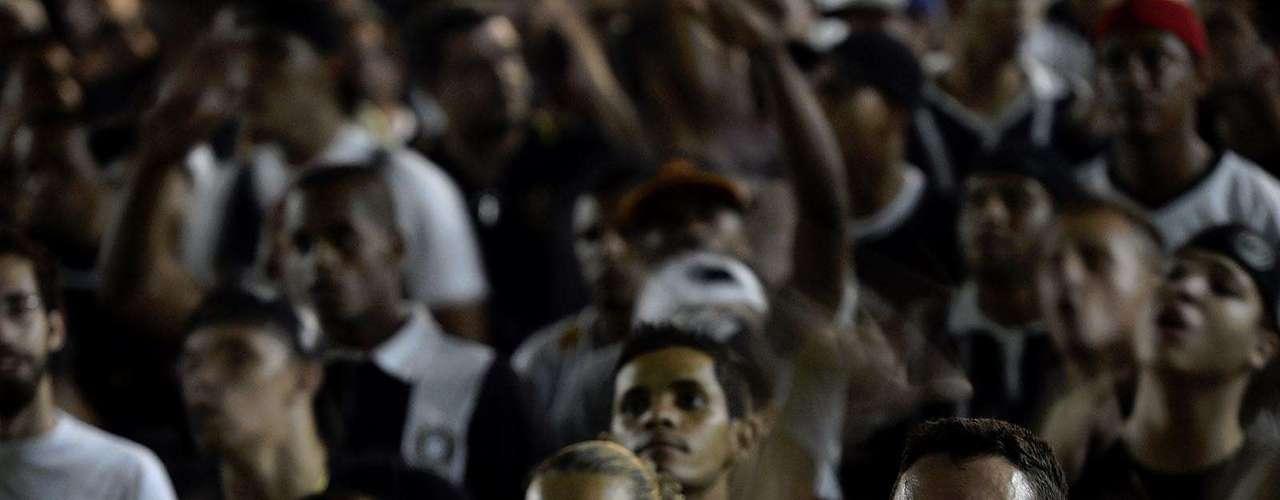 Torcedores se animam enquanto assistem a partida da Libertadores