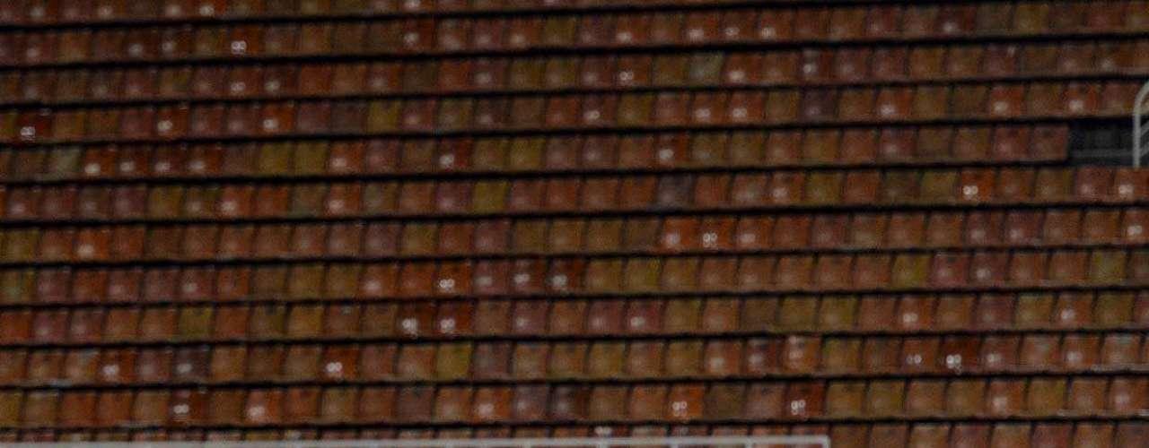 Guerrero divide bola com o goleiro Delgado
