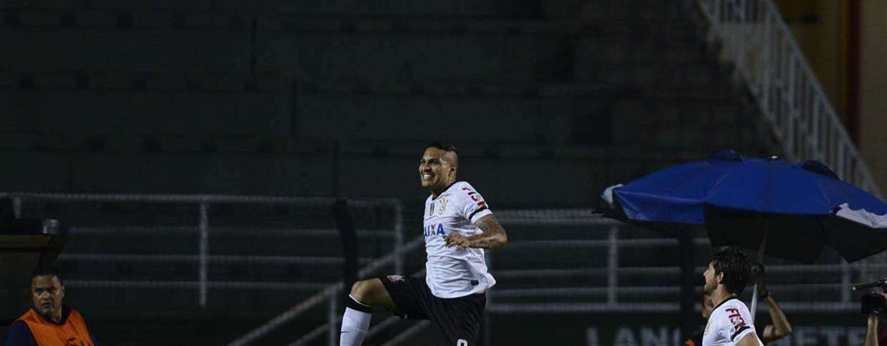 Guerrero comemorou com salto no gramado do Pacaembu; peruano fez o primeiro gol do Corinthians na vitória sobre o Millonarios