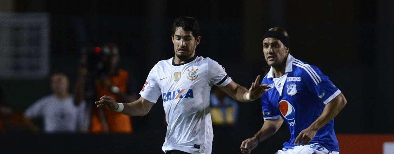 Alexandre Pato entra na briga por bola