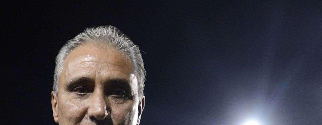 Tite armou o Corinthians com quatro jogadores no meio de campo