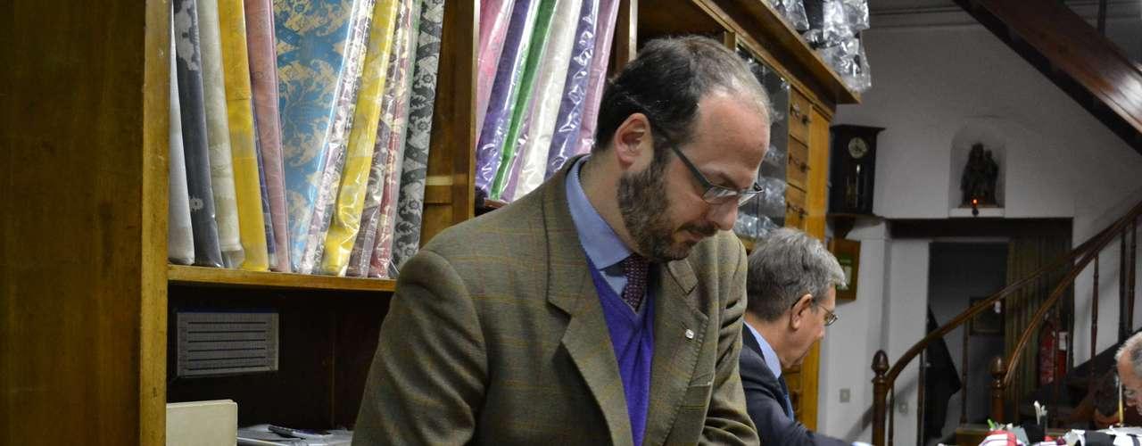 Lorenzo Gammarelli conta que as vestes ndo novo Papa estão sendo confeccionadas em três tamanhos