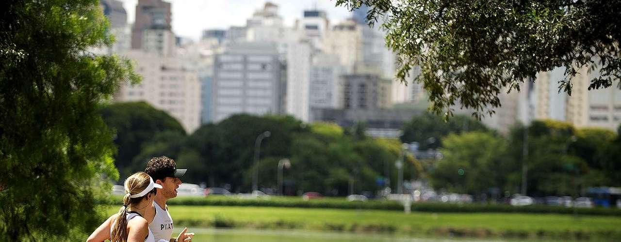 4 de março-Casal corre no parque da capital paulista