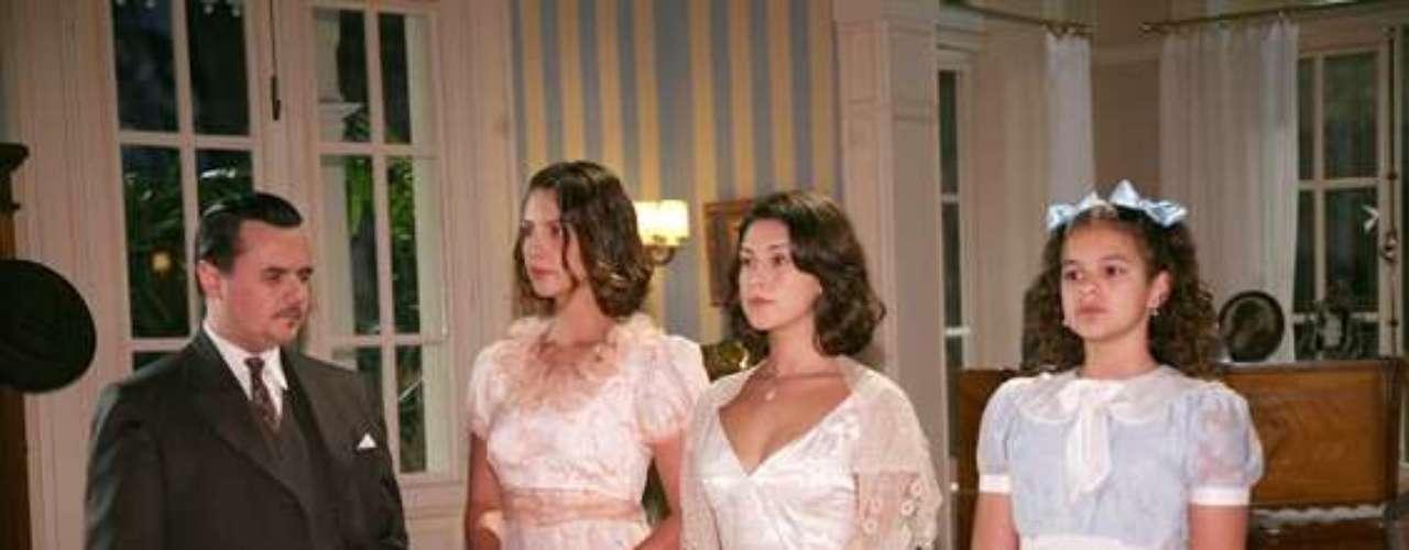 A atriz posa ao lado de elenco de 'Desejo Proibido', de 2007