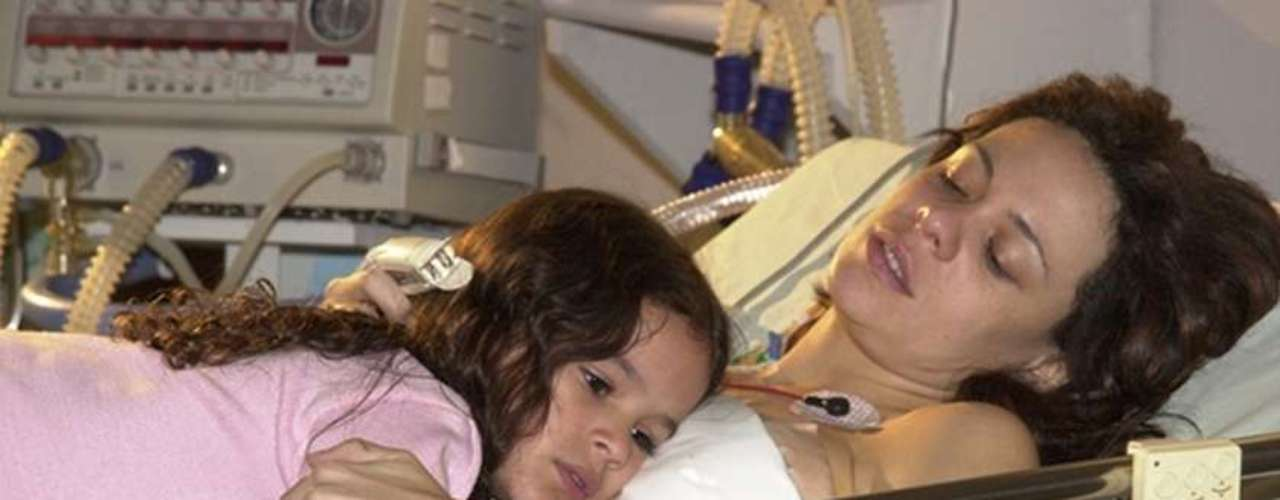 Em 2003, Marquezine participou pela primeira vezde uma novela da TV Globo. A estreia aconteceu no folhetim'Mulheres Apaixonadas', em queinterpretou Salete, uma garotinha que tinha premonições. Na foto, a atrizcontracena comVanessa Gerbelli, que na trama viveusua mãe, Fernanda