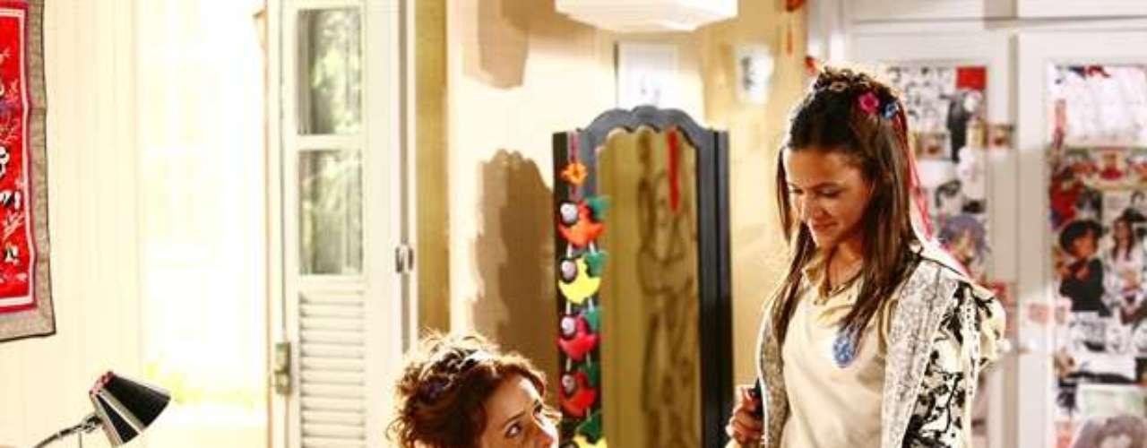 Em 2008, Marquezine viveu a personagem Flor de Lys, na novela global 'Negócio da China'. Na foto, ela contracena comLeona Cavalli