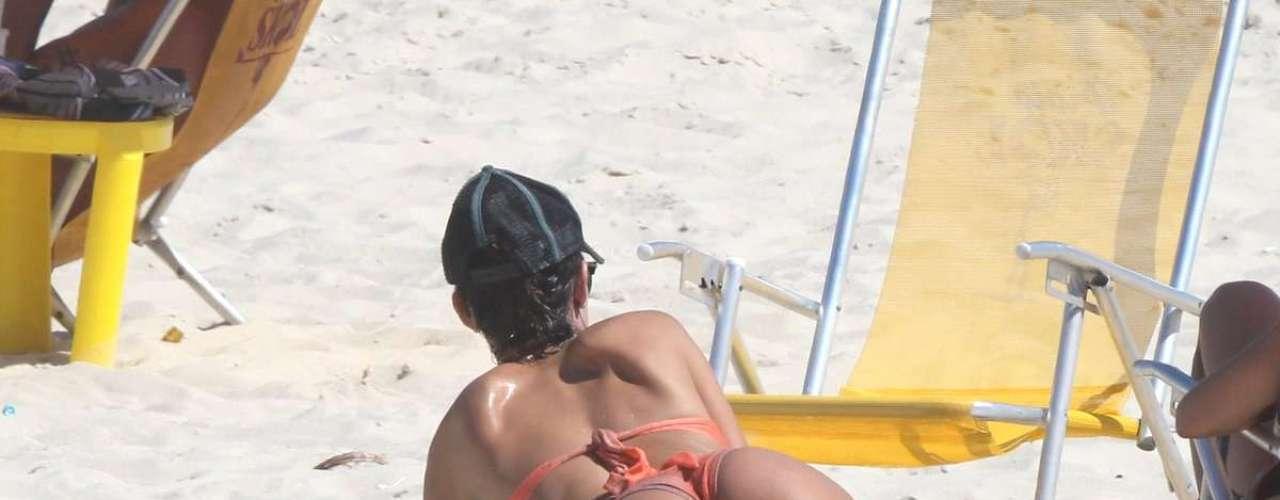 Março 2013 -A atriz Thaila Ayala aproveitou o forte sol no Rio de Janeiro para curtir o mar da praia da Reserva; depois de se refrescar no mar, ela se deitou no sol para reforçar o bronzeado