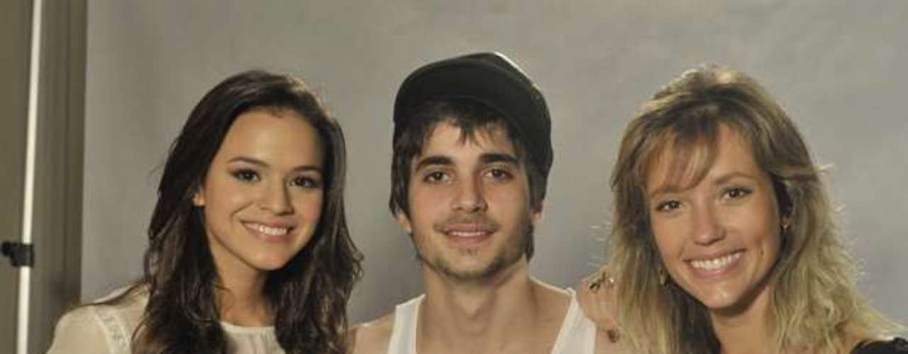 BrunaMarquezine posa ao lado de Fiuk e Juliana Didone