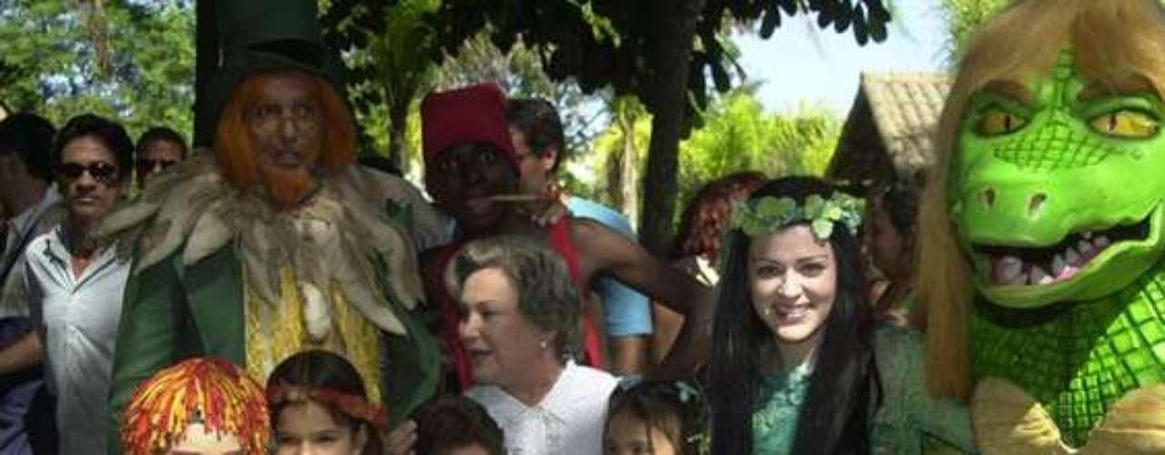 A atriz mirim posa com elenco de'Sítio do Picapau Amarelo', em 2004