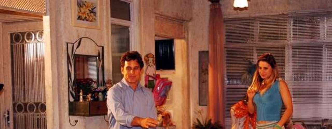 Em 2005,viveu a pesonagem Flor, na novela global 'América'. Na foto:Flor (Bruna Marquezine), Jatobá (Marcos Frota) e Islene (Paula Burlamaqui)