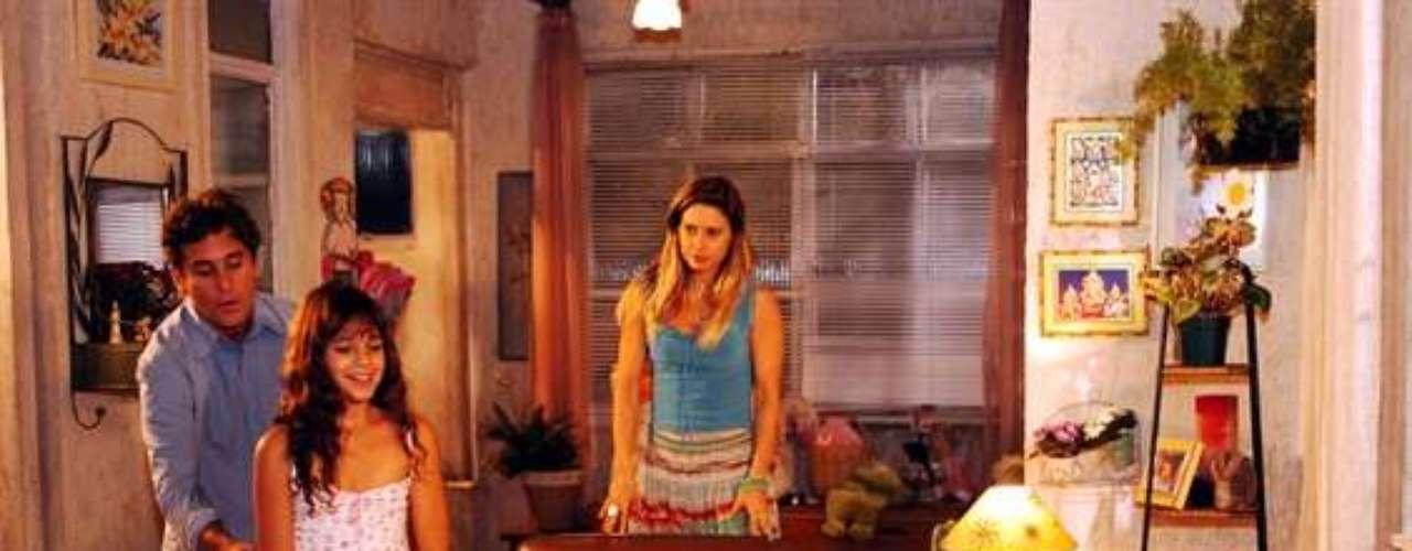 Flor (Bruna Marquezine), Jatobá (Marcos Frota) e Islene (Paula Burlamaqui), na novela 'América', de 2005