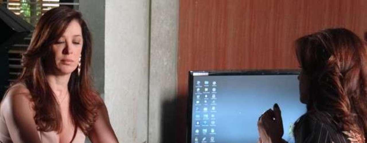 Lívia (Claudia Raia) se faz de desentendida e finge não conhecer Russo (Adriano Garib) quando Helô (Giovanna Antonelli) mostra fotos do capanga