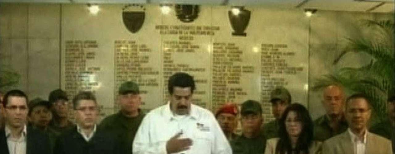 5 de março -Vice-presidente venezuelano, Nicolas Maduro, anuncia a morte de Chávez acompanhado de grande parte dos mais altos cargos do governo