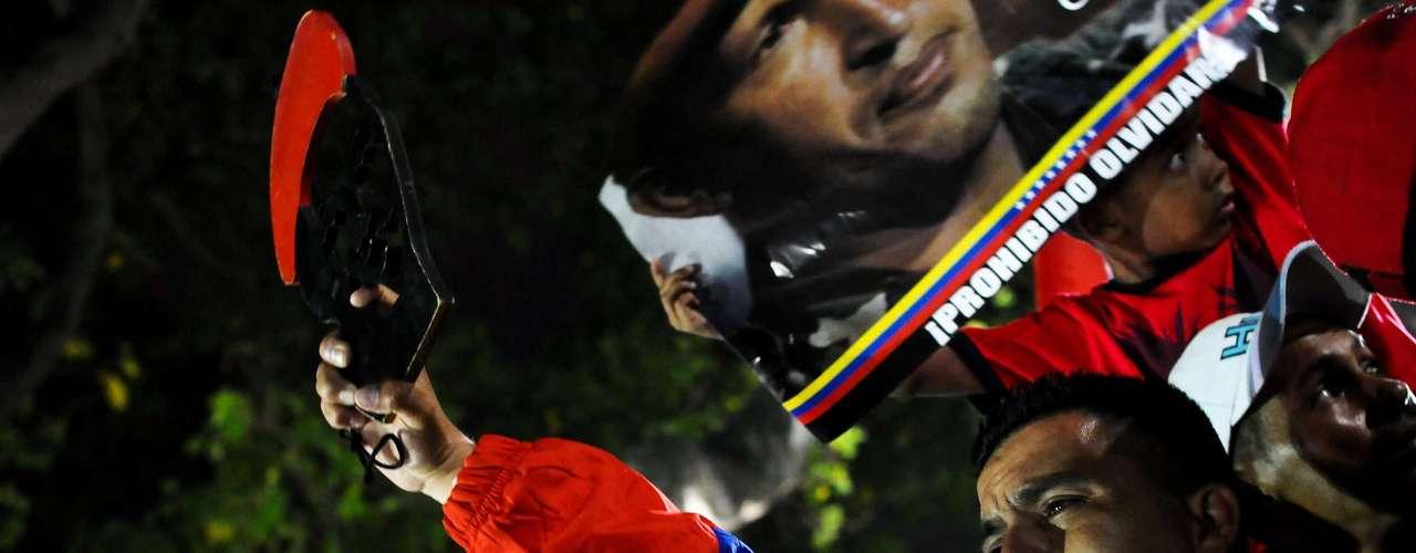 5 de março -Seguidores de Chávez choram na praça Bolívar, em Caracas