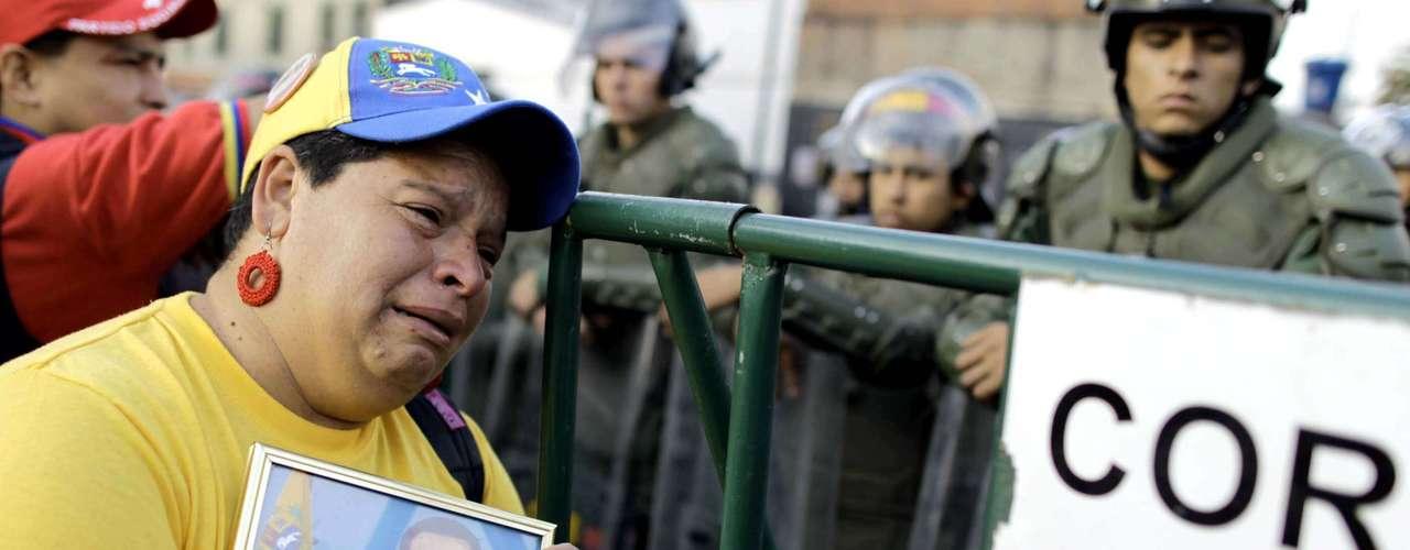 6 de março - Milhares de apoiadores de Hugo Chávez permanecem em vigília em frente ao Hospital Militar de Caracas, onde o presidente venezuelano estava internado havia duas semanas