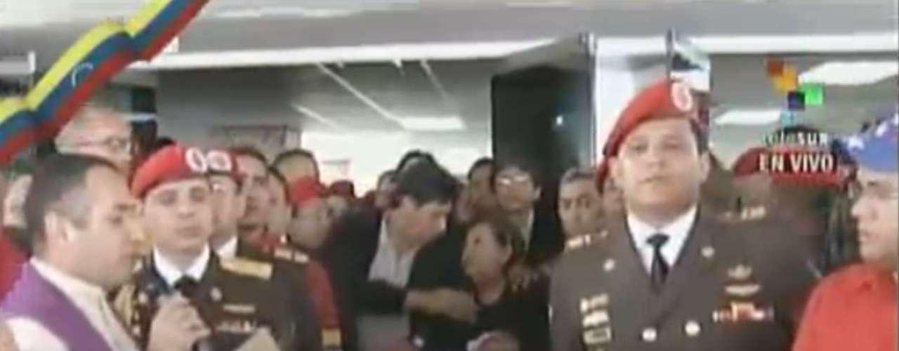 6 de março - Imagem da televisão venezuelana Telesur mostra o caixão de Chávez sendo preparado para iniciar o cortejo