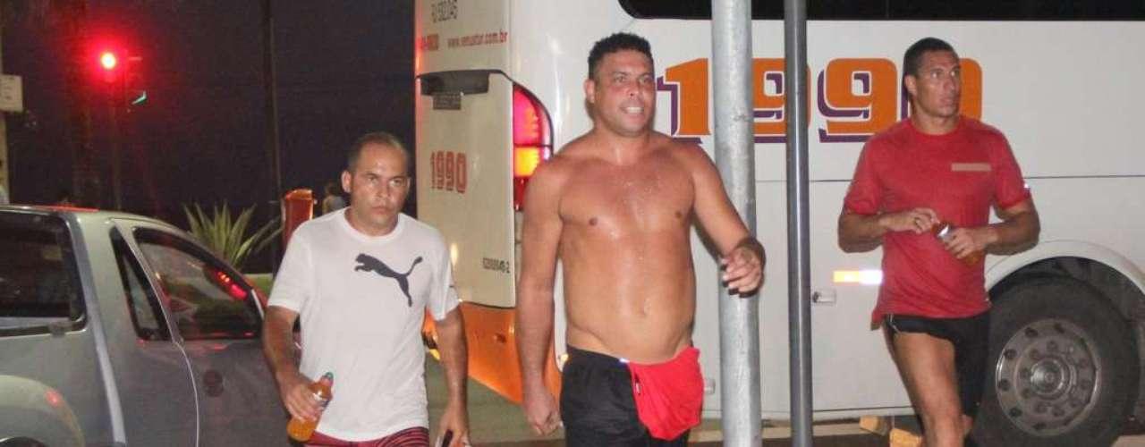 O ex-jogador Ronaldo contou com dois seguranças para correr no Leblon, no Rio de Janeiro, nesta quarta-feira (6). Com tênis, bermuda e sem camiseta, ele se exercitou na orla da praia e chamou a atenção de um grupo de jovens que estava no local