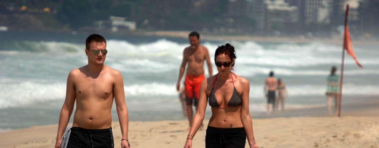 6 de março - Com a temperatura alta, alguns aproveitaram para caminhar pela orla da praia de Ipanema, no Rio