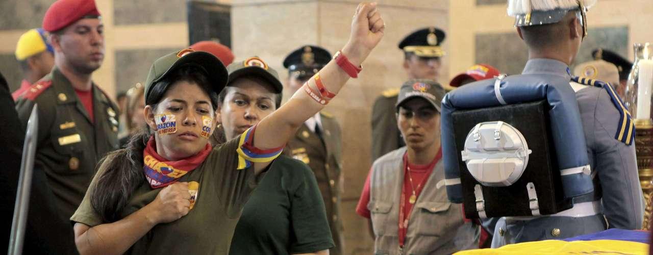 7 de março -Mesmo durante a madrugada, chegavam ônibus de todo o país com simpatizantes de Chávez