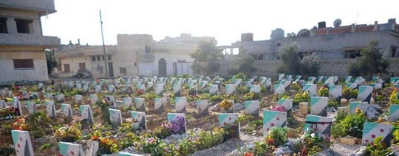 Cemitérios improvisados nos subúrbios de Homs. Segundo ativistas, pessoas enterradas foram vítimas de bombardeios, falta de assistência médica ou, em alguns casos, de frio e fome