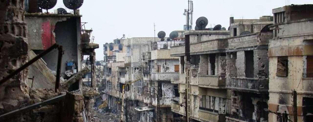 Sob bombardeio e sitiada há mais de um ano, grande parte de Homs estaria completamente em ruínas, segundo ativistas