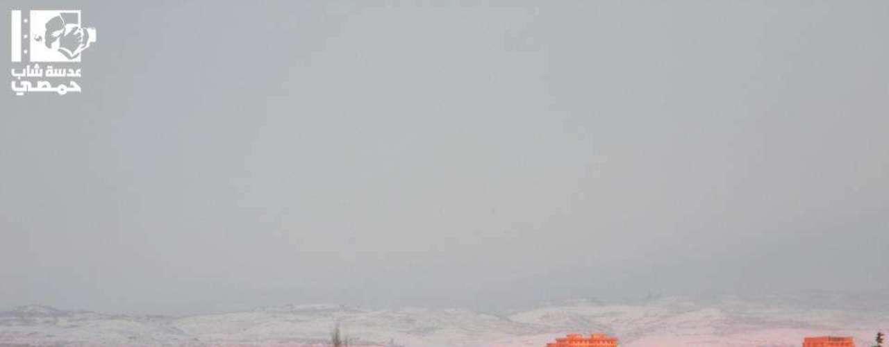 Vista de parte de Homs sob neve e montanhas que separam a Síria do Líbano, um dos destinos de refugiados sírios