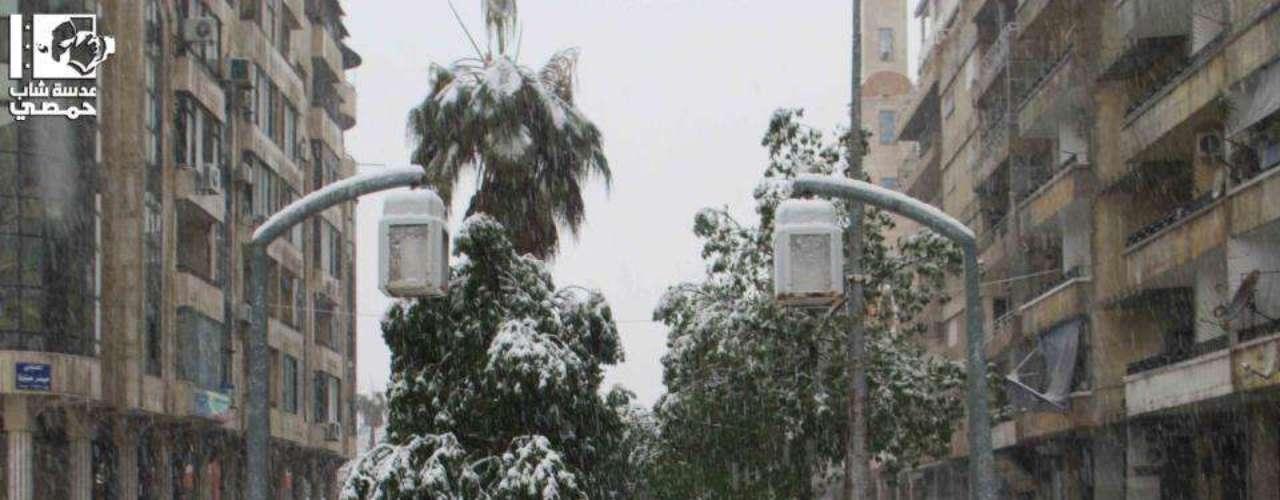Frio e neve aumentaram desde janeiro e dificultaram a vida da população civil em meio aos bombardeios e combates entre tropas rebeldes e do governo