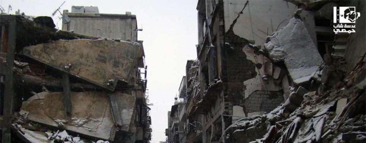 Destruição e escombros cobertos de neve são cenas comuns em Homs