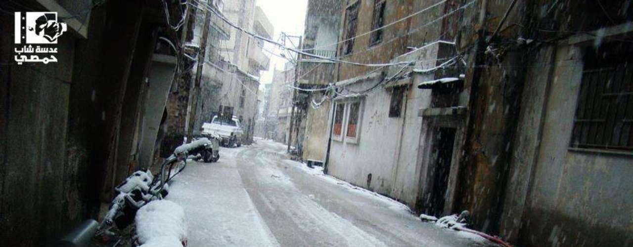 Rua vazia de Homs, população evita as ruas com tiroteios entre rebeldes e tropas governamentais, além do frio