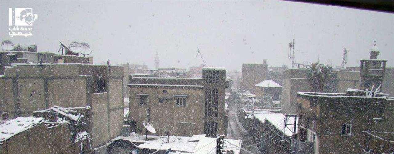 Bairro de Homs sob intensa nevasca. De acordo com ag6encias humanitárias, a população civil necessita de combustível para aquecedores, medicamentos, comida, roupas e cobertores