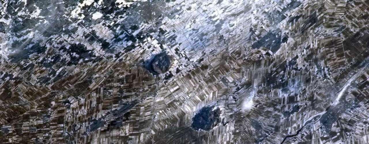 Raízes de antigas montanhas se destacam na paisagem de inverno, formando retalhos sobre Quebec, no Canadá