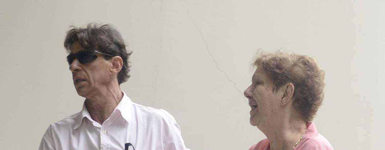 O irmão, Ricardo, e a mãe de Chorão, Dona Nilda, estiveram presente no velório de Chorão nesta quinta-feira (7), na Arena Santos, na Baixada Santista