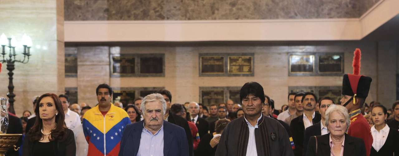 6 de março - Cristina Kirchner, Jose Mujica e Evo Morales, presidentes da Argentina, Uruguai e Bolívia, respectivamente da esquerda para a direita, prestam sua homenagem a Hugo Chávez durante o velório