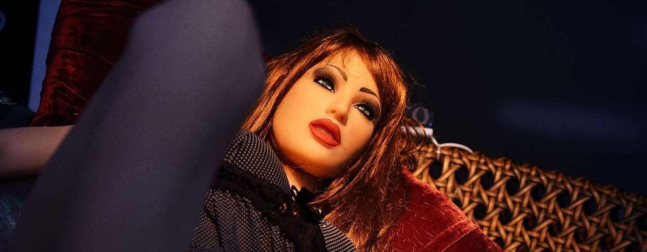 De longe, não é difícil confundi-la com uma mulher, com cabelos castanhos e unhas cor-de-rosa