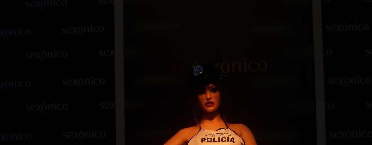 Valentina fica deitada em um pufe, ao lado de uma arara onde ficam suas roupas, com óculos de sol, top, calcinha, sutiã e tudo o que um armário feminino tem direito