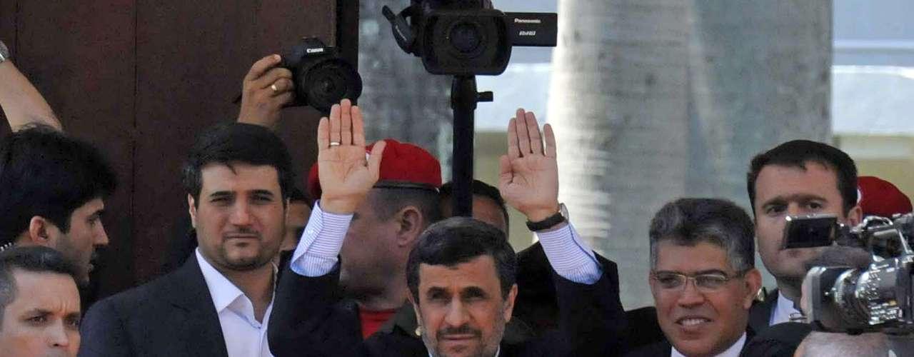 8 de março -O presidente iraniano, Mahmoud Ahmadinejad, chega para a cerimônia