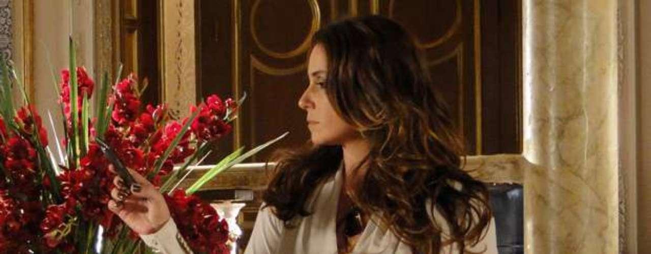 Giovanna Antonelli usa calça estampada em Salve Jorge, além de muitos acessórios, incluindo dois cintos