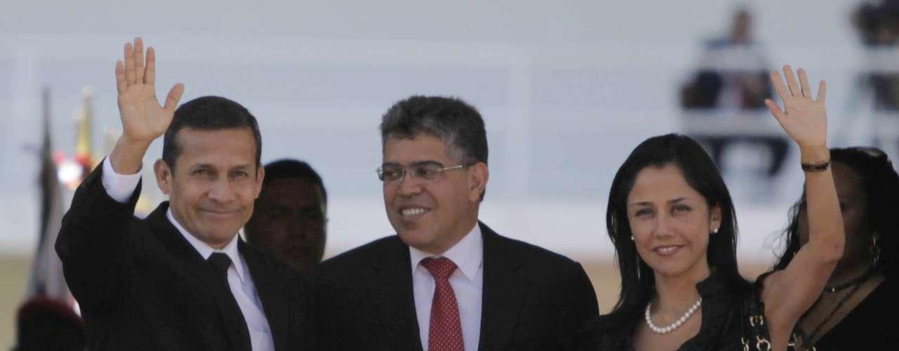 8 de março -O presidente do Peru, Ollanta Humala (esq.), e sua mulher, Nadine, também marcaram presença no funeral de Chávez