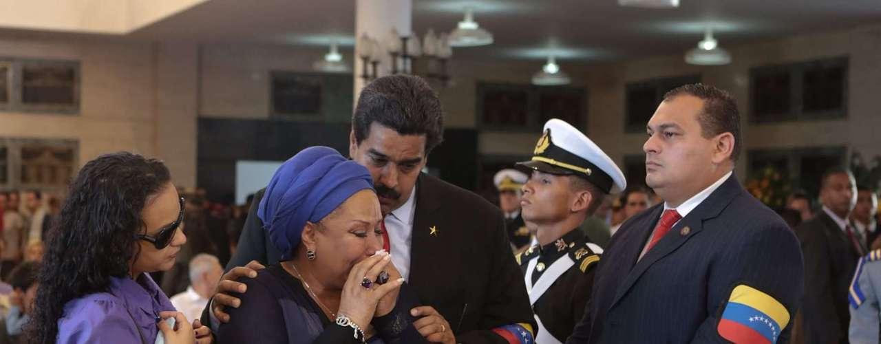 7 de março -A ex-senadora colombiana Piedad Córdoba é consolada por Nicolás Maduro ao se despedir de Chávez