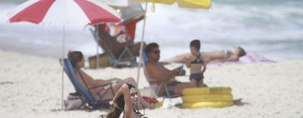 Março 2013 -O casal Paulinho Vilhena e Thaila Ayala aproveitaram o sol no Rio de Janeiro para curtirem a Prainha, nesta sexta-feira (8). Enquanto o ator surfava, Thaila reforçou o bronzeado e também mergulhou no mar. Os dois são casados desde 2011