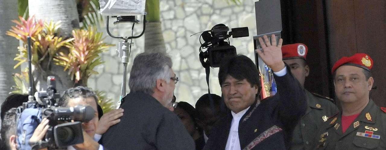 8 de março -Evo Morales (dir.), da Bolívia, e Fernando Lugo, ex-presidente paraguaio, cumprimentam a multidão na chegada