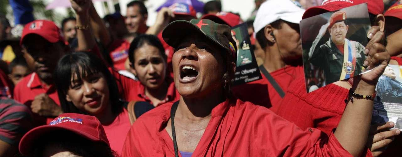 8 de março - Simpatizantes de Chávez esperam para ver o corpo de Chávez do lado de fora da Academia Militar, em Caracas