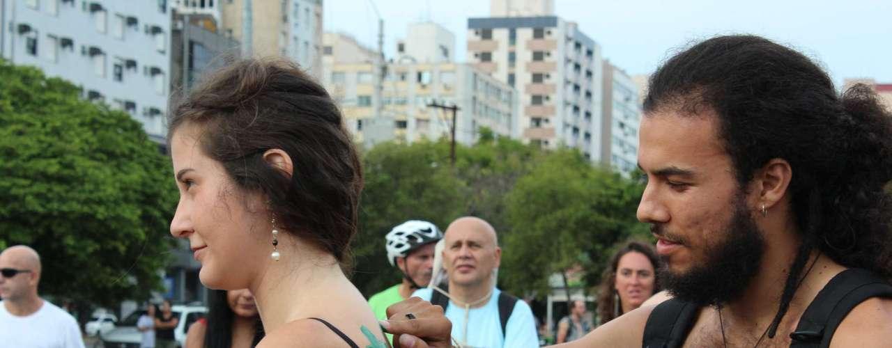 Ciclistas iniciam concentração para a pedalada sem roupa pelas ruas de Porto Alegre