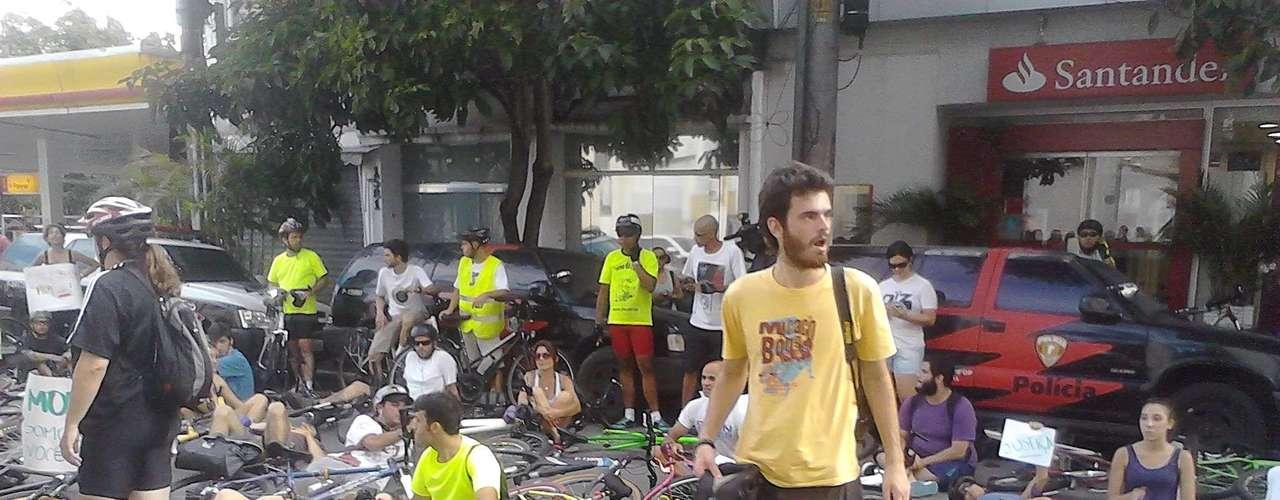 10 de março - À tarde, ciclistas se reuniram para protestar em frente ao distrito policial para onde o motorista foi encaminhado