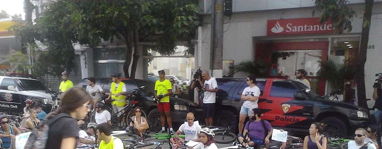 10 de março - À tarde, ciclistas se reunirampara protestar em frente ao distrito policial para onde o motorista foi encaminhado