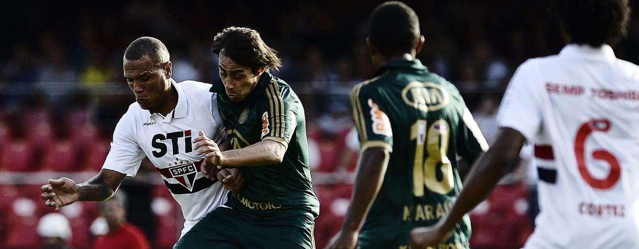 Polêmicos ícones de suas equipes, Luís Fabiano e Valdivia brigam por bola